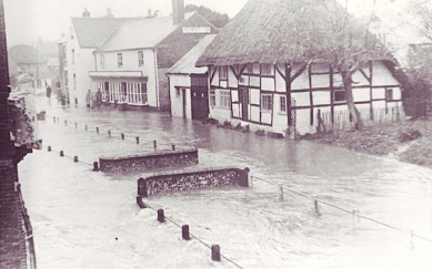 White-House-and-Parsons-shop-in-flood